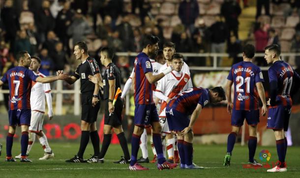 Jugadores del Rayo Vallecano y Huesca al final del encuentro | Fotografía: La Liga