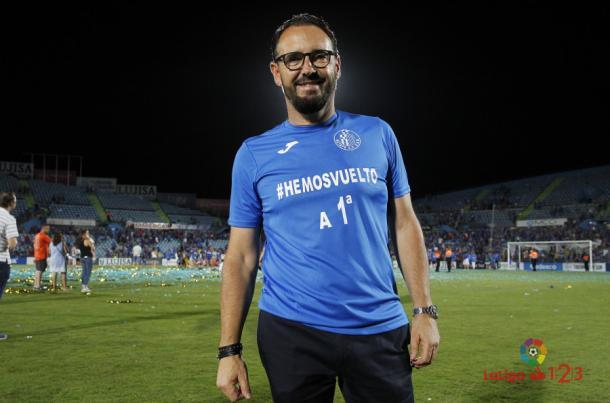 Bordalás sonríe tras conseguir el ascenso a primera con el Getafe. / Foto: La Liga 123