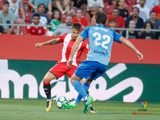Baysse -Málaga- y Portu -Girona-, en una acción del Girona-Málaga (1-0). | Foto: LFP