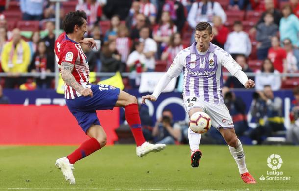 Alcaraz controla el balón ante Savic | LaLiga
