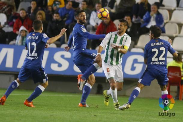 Tres jugadores del Getafe pelean un balón con Luso en la primera parte | LaLiga