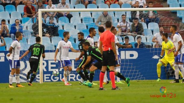 Pedro celebra su gol por debajo de la barrera. (Foto: La Liga)