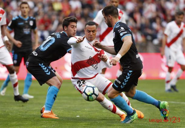 Raúl de Tomás siendo derribado por rivales   Fotografía: La Liga