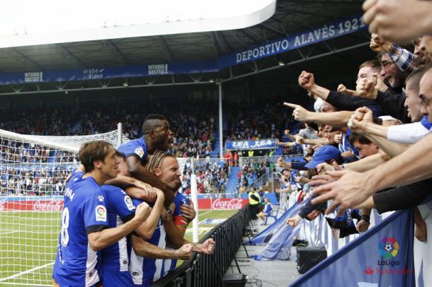 El equipo junto a la afición celebrando el gol de Alexis. Fotografía: LaLiga