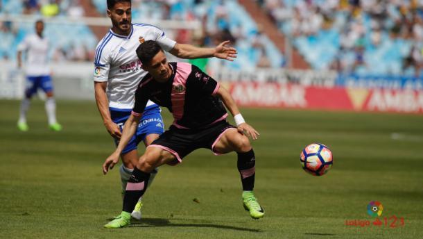 Álex Moreno tratando de deshacerse de un rival | Fotografía: La Liga