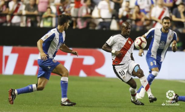 Kakuta tratando de llevarse un balón | Fotografía: La Liga