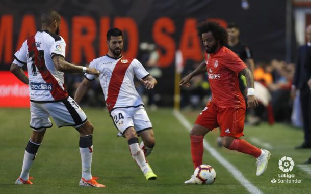 Javi Guerra en una jugada ante Marcelo | Foto: LaLiga Santander