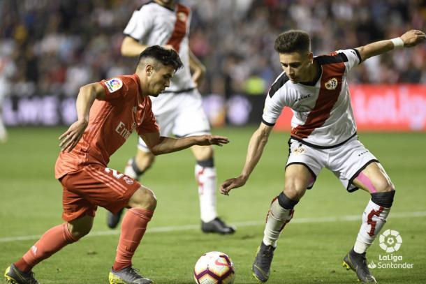 Álex Moreno tratando de detener a Brahim | Fotografía: La Liga