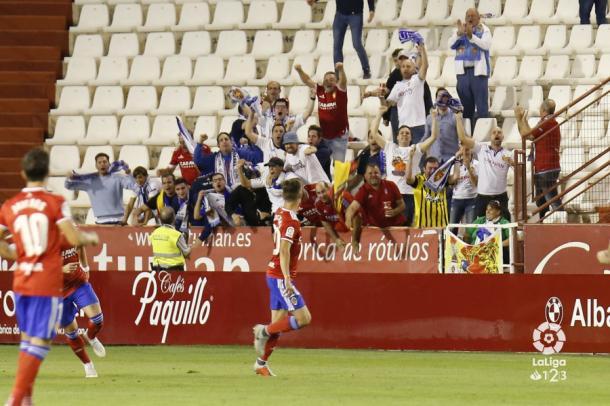 Los jugadores celebran junto a la afición el gol. Foto: LaLiga123