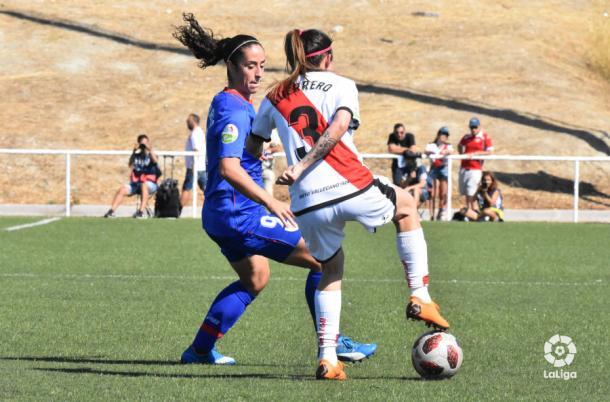 Carla Guerrero escondiendo el esférico ante una rival | Fotografia: La Liga