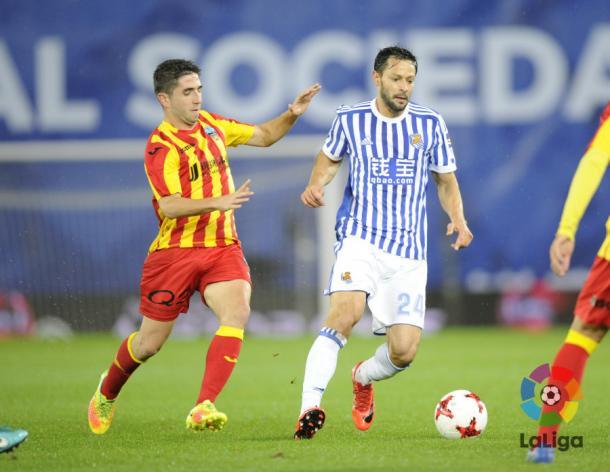 De la Bella, ante la presencia de un jugador del Lleida. Foto: LaLiga