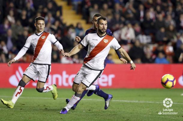 Jordi Amat tratando de llevarse un balón | Fotografía: La Liga