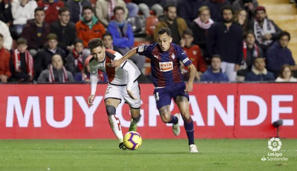 Álex Moreno y Orellana luchando por un balón | Fotografía: La Liga