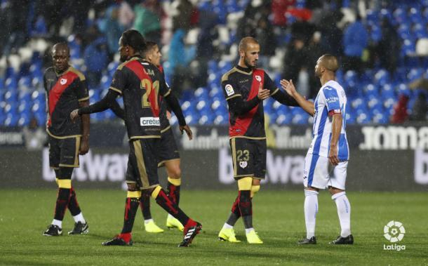Jugadores del Rayo Vallecano saludándose con los rivales | Fotografía: La Liga