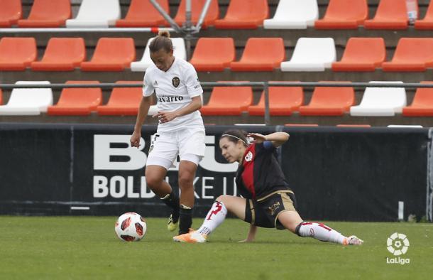 Cristina Auñón tratando de robar el esférico | Fotografía: La Liga