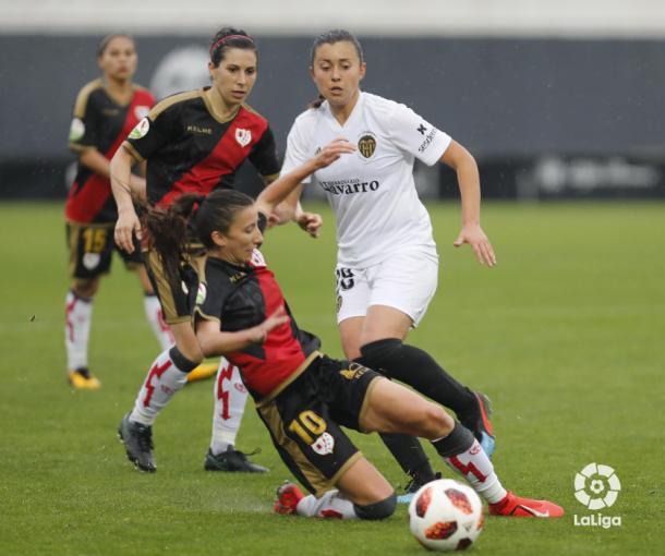 Sheila García tratando de recuperar un balón | Fotografía: La Liga