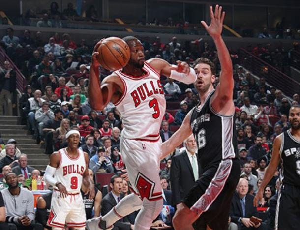 Wade in penetrazione su Gasol nella sfida dello United Center - Foto Getty Images