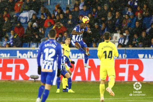 Wakaso gana un balón por arriba. / Foto: LaLiga