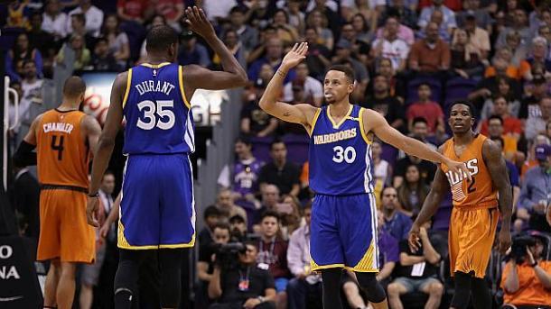 Durant e Curry - e chi altrimenti - festeggiano il successo di Phoenix - Foto Getty Images