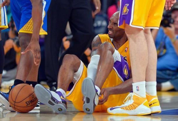 Kobe sofreu a lesão mais grave de sua carreira em 2013 ao romper o tendão de Aquiles (Foto: Reprodução)