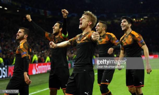 La plantilla del Valencia dedica el pase ante el Ajax a la afición. Fuente: Getty