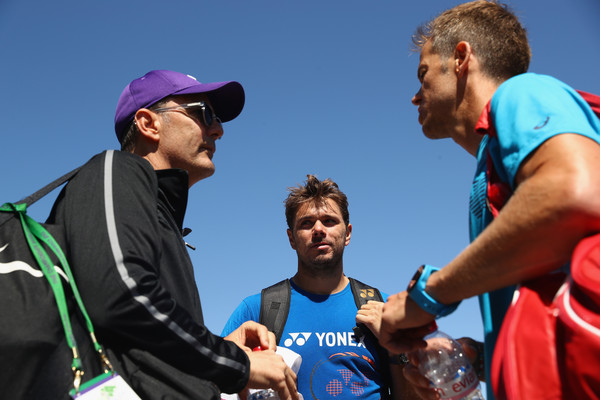 Wawrinka speaking with his coaches (Photo by Michael Steele / Getty)
