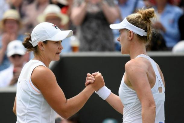 Barty (l.) and Riske (r.) shake hands after the American pulled off the upset at Wimbledon/Photo: Reuters