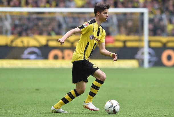 De cabeça erguida, Weigl analisa sua jogada (Divulgação/Borussia Dortmund)