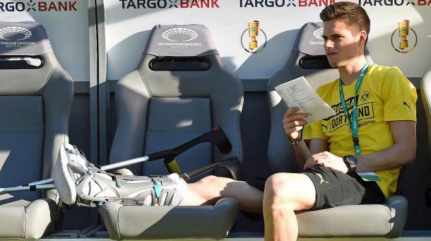 Lesionado, Weigl fica no banco para acompanhar a final da DFB Pokal no Olympiastadion (AFP/Getty Images)