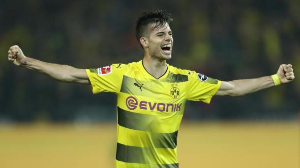 Weigl comemora seu primeiro gol na Bundesliga, temporada 2017-2018 (Divulgação/Bundesliga)