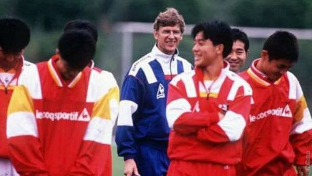 Wenger coaching in Japan many years ago. | Source: the18.com