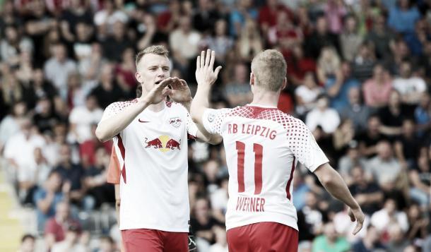 Werner celebrando su gol con Klostermann. Foto: Twiter RB Leipzig
