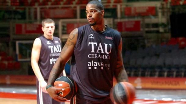Will McDonald con Teletovic de fondo | Foto: Baskonia