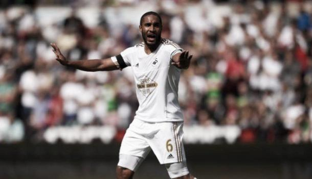 Ashley Williams directs the Swansea defence. | Photo: Getty Images