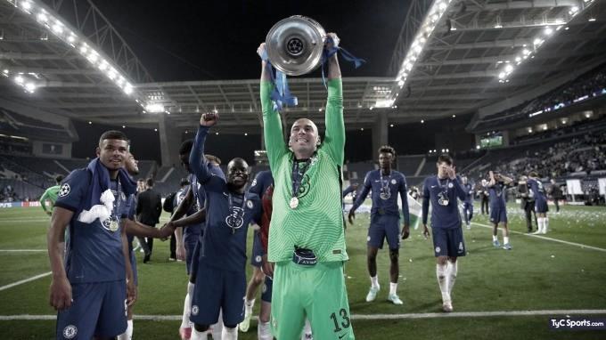Willy Caballero levantando el trofeo de La Champins./ Foto: Twitter Willy Caballero.
