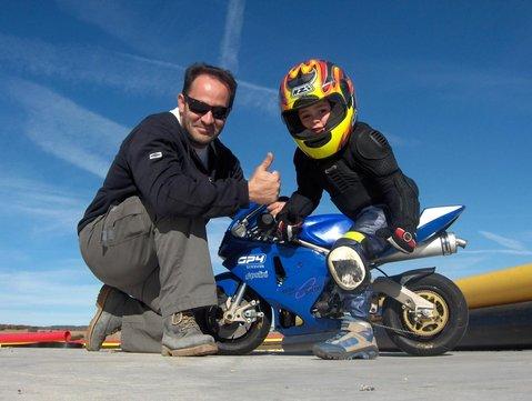 Junto con su padre en la Minimoto. Foto: Red Bull Rookies Cup