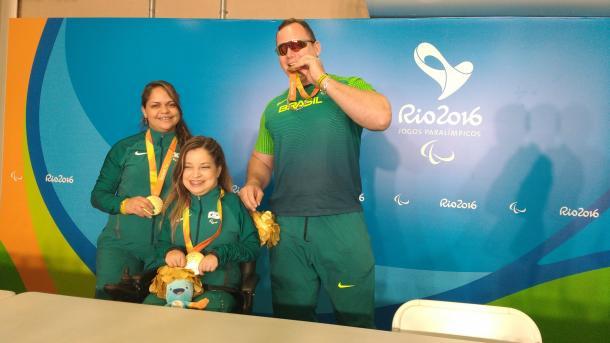 Carismáticos, trio dourado posa para fotos durante coletiva   Foto: Pedro Henrique Guimarães/VAVEL Brasil