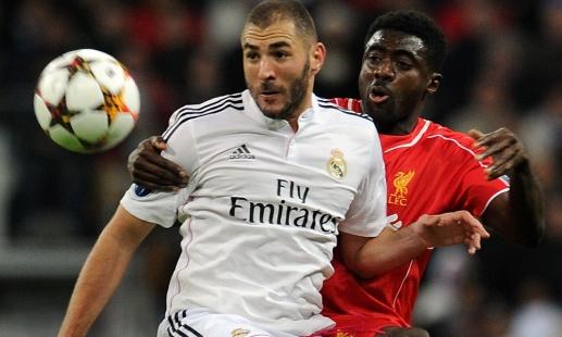 Benzema controla ante la presión de Touré. | Imagen: www.liverpoolfc.com