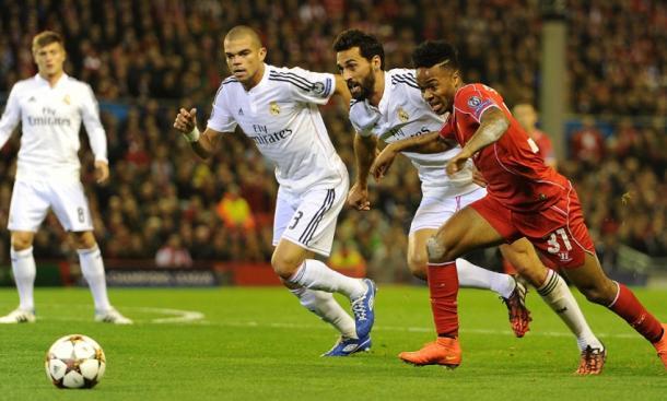 Stering intenta escapar de Arbeloa y Pepe. | Imagen: www.liverpoolfc.com