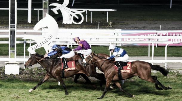 Patascoy (azul y negro) y Fly D´Aspe (azul y blanco) cruzando en primera y tercera posición respectivamente, la Clase 1 realizada en el Hipódromo de Toulouse. / Fuente: Jour du Galop.