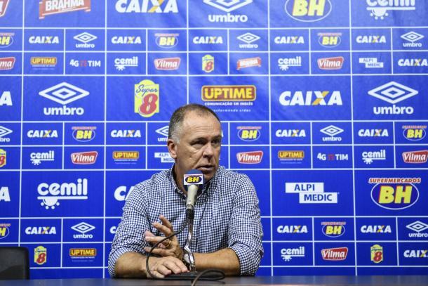 Mano Menezes exaltou o fato de poder explorar novas opções do elenco durante a temporada (Foto: Yuri Edmundo/ Light Press)