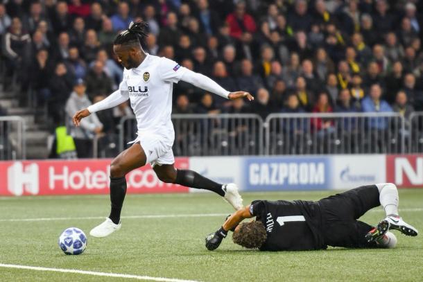 Batshuayi salta il portiere per poi appoggiare in rete - @ChampionsLeague