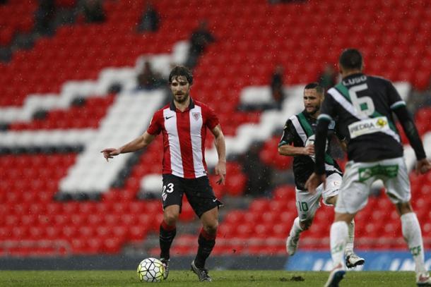 Yeray conduce el balón en un partido en San Mamés con el Bilbao Athletic | Foto: Athletic Club