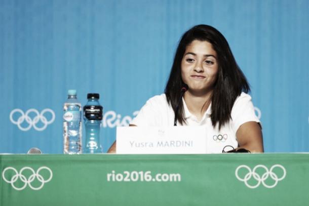 Yusra Mardini em coletiva logo após sua primeira prova nos Jogos Olímpicos. Ela volta nos 100m livre (Foto: Divulgação/Rio 2016)