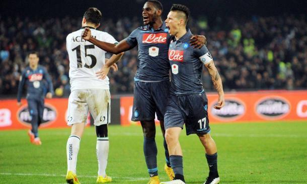 Hamsik celebra junto a Zapata su tanto al Sassuolo. / Foto: pianetazzurro.it