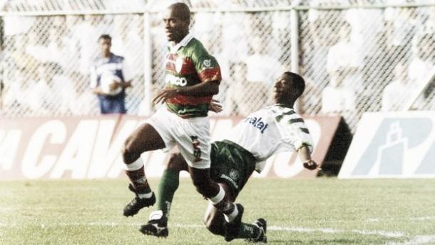 Zé Roberto disputando um lance com o Amaral nos anos 90 (Foto: Divulgação/ Gazeta Press)