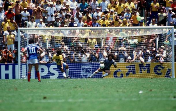 Pênalti perdido pelo Brasil contra a França (Foto: AFP)