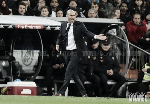 Zinedine Zidane dando órdenes desde la banda | Foto: VAVEL