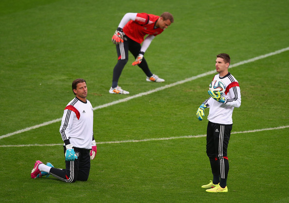 Ron-Robert Zieler (Right) training with fellow German internationals Manuel Neuer (Background) and Robert Wiedenfeller (Left) (Source: Zimbio)