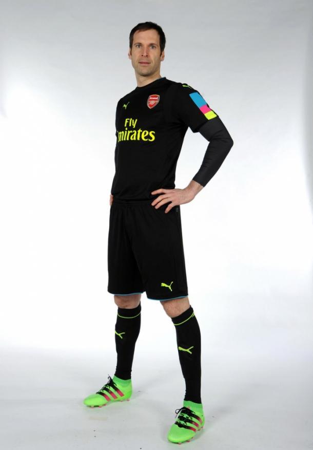 Petr Cech no novo uniforme de goleiro. Foto: Divulgação/ Arsenal